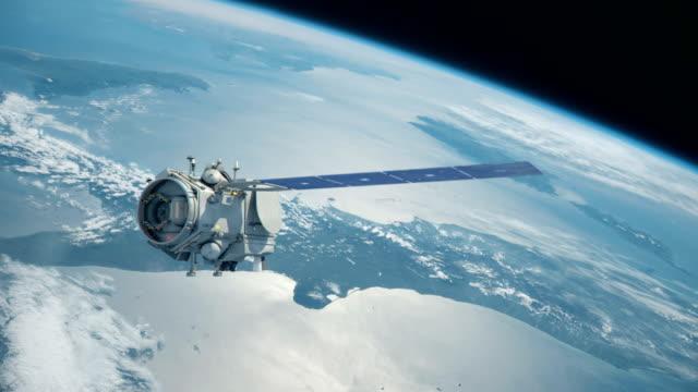 satelliten i rymden global kommunikation över jorden - satellitbild bildbanksvideor och videomaterial från bakom kulisserna