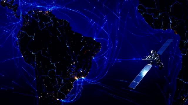 vídeos de stock, filmes e b-roll de satélite enviar sinais para a terra. conexões do mundo. américa do sul. azul. - antena parabólica