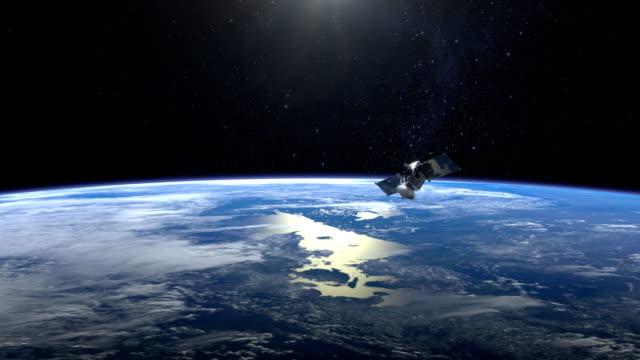 satelliten. der flug des satelliten über der erde. die tracking-kamera. die erde dreht sich schnell 4 k. nasa. - satellit stock-videos und b-roll-filmmaterial