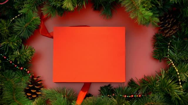 nastro di raso avvolgendo intorno grande scatola regalo rossa e legando in arco carino, decorazione - avvolto video stock e b–roll
