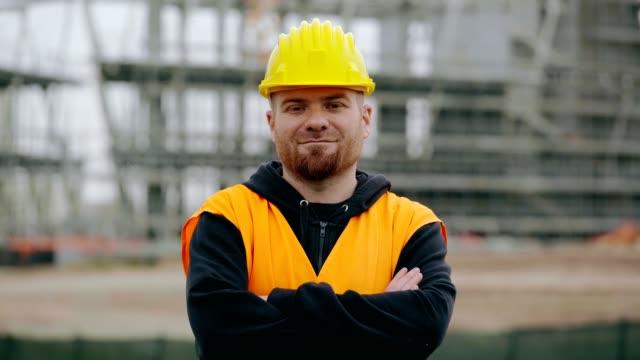stockvideo's en b-roll-footage met tevreden werknemer glimlachen naar de camera - portait background