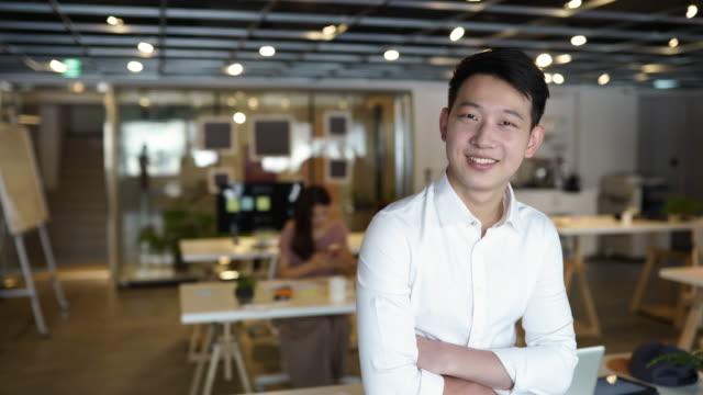 満足のいく若いビジネスマン - プロジェクトマネージャー点の映像素材/bロール