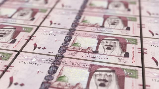 saudi arabia 100 riyal banknotes looping background - arabia saudita video stock e b–roll