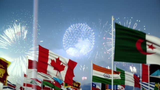 불꽃놀이와 함께 세계 세계 국기 아침 촬영 사우디 아라비아 국기 - saudi national day 스톡 비디오 및 b-롤 화면