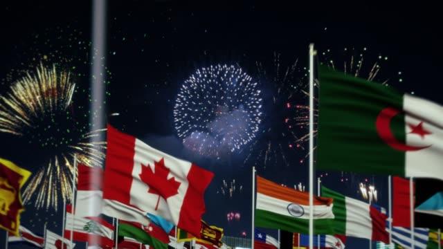 불꽃놀이와 함께 세계 세계 국기 밤 촬영 사우디 아라비아 국기 - saudi national day 스톡 비디오 및 b-롤 화면