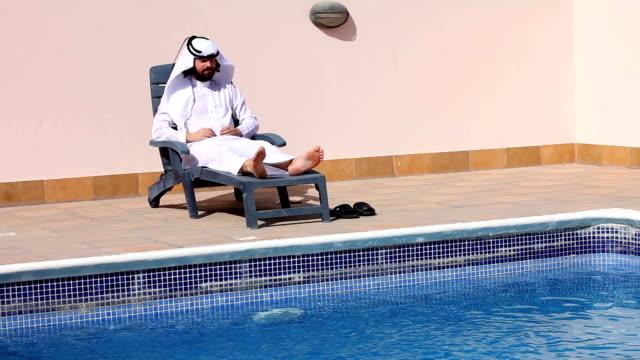 사우디 아라비아 즐기고 있는 남성, 수영장 - 한 명의 중년 남자만 스톡 비디오 및 b-롤 화면
