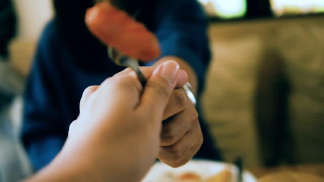 vídeos de stock, filmes e b-roll de pov: o pequeno-almoço salsicha - salsicha