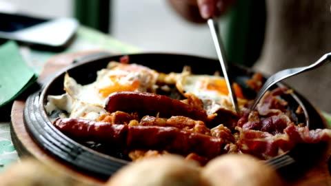 vídeos y material grabado en eventos de stock de salchichas, huevos y algarrobas - desayuno