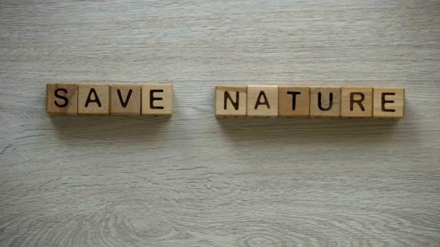 natur ausdruck gemacht würfel, unregelmäßigen verbrauch natürlicher ressourcen zu sparen - verantwortung stock-videos und b-roll-filmmaterial