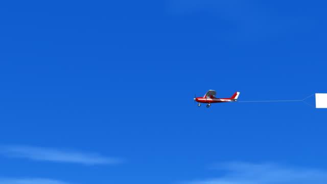 sparen kilogramm sky banner hd1080 - spruchband stock-videos und b-roll-filmmaterial