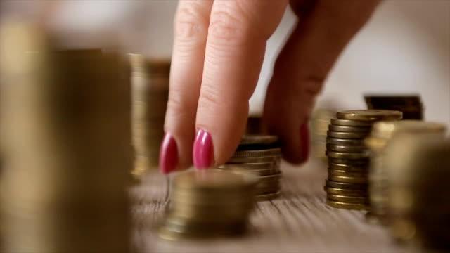 spart geld-konzept preset von weiblicher hand geld münze stapeln wachsendes geschäft - inflation stock-videos und b-roll-filmmaterial