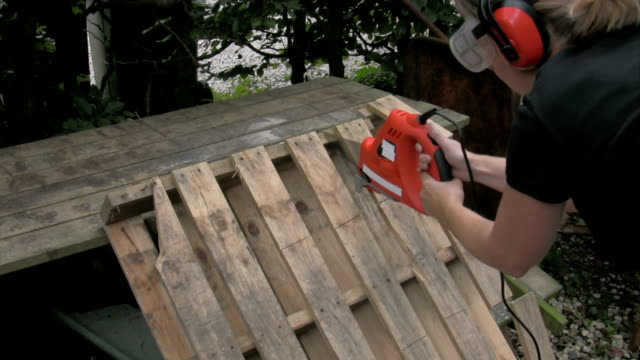 Sawing a pallet in pieces 1 video
