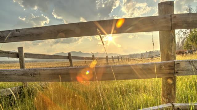 ノコギリ山サンセット フェンス - 時間の経過 - 牧畜場点の映像素材/bロール