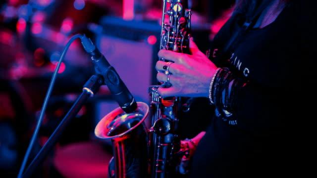 saxofonist på rock konserten. - nöjesklubb bildbanksvideor och videomaterial från bakom kulisserna