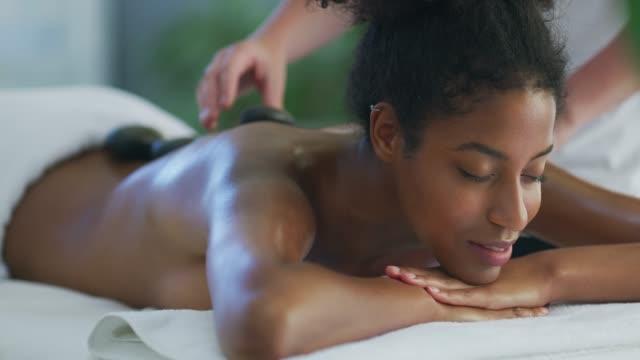 vídeos de stock e filmes b-roll de say goodbye to those sore muscles - tratamento em spa