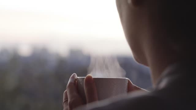 stockvideo's en b-roll-footage met goedemorgen zeggen met een warme cuppa - comfortabel
