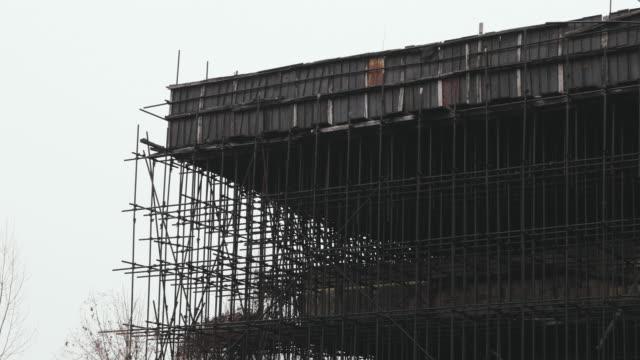 vídeos y material grabado en eventos de stock de andamio de un edificio sin terminar abandonado en europa del este - imperfección