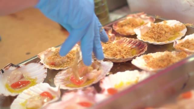 vídeos de stock e filmes b-roll de scallop preparation in the kitchen - bugio
