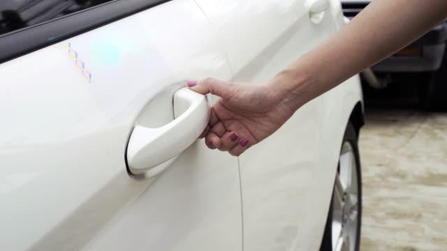 未来の smartcar 技術の car.concept にアクセスするバイオ メトリック指紋をスキャンします。 - モノのインターネット点の映像素材/bロール