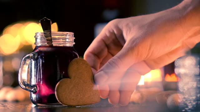 skandinavischen stil glühwein wein weihnachts-drink - lebkuchen stock-videos und b-roll-filmmaterial