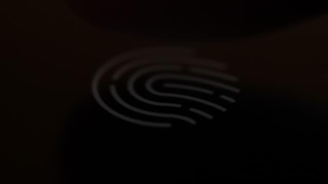 スマートフォンでのセキュリティ目的で指紋をスキャンします。サイバーセキュリティ個人デバイス。指紋をスキャンするためのアプリケーションで携帯電話を使用して男。技術指プリント� - センサー点の映像素材/bロール