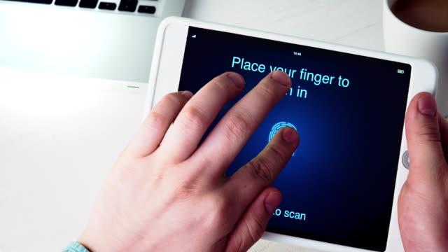 vídeos de stock, filmes e b-roll de verificação de impressão digital para verificar a identidade do tablet digital - log on