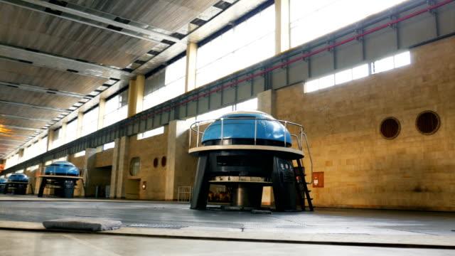 vídeos y material grabado en eventos de stock de las máquinas escapulares transforman la energía cinética del agua en trabajo mecánico - generadores