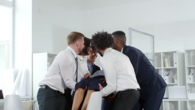 korkuyor businesswoman güven meslektaşları içine falling - trust stok videoları ve detay görüntü çekimi