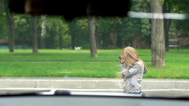 verängstigte weibliche kind abdeckung gesicht gefühl angst fahren auto, straßenverkehr sicherheit - fußgänger stock-videos und b-roll-filmmaterial