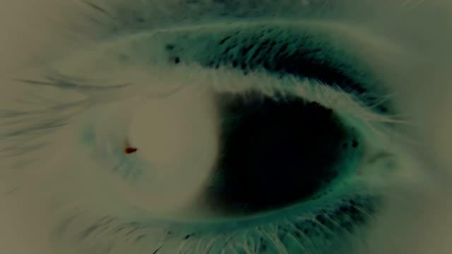 stockvideo's en b-roll-footage met scared human eye - psychedelisch