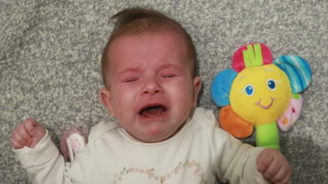 怖い小さな赤ちゃんが叫んで泣いている ビデオ