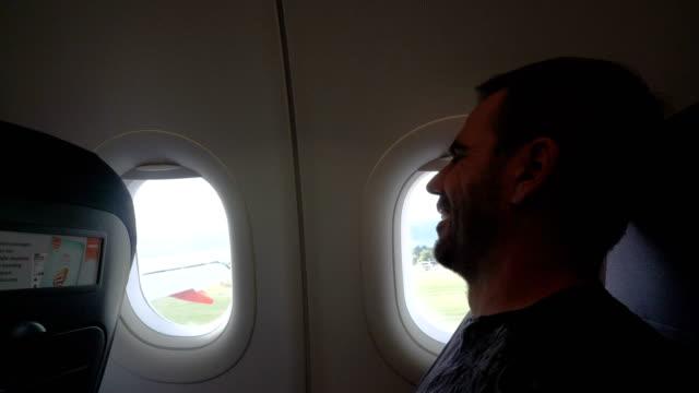 rädda mannen i planet för grov landning - högt upp bildbanksvideor och videomaterial från bakom kulisserna