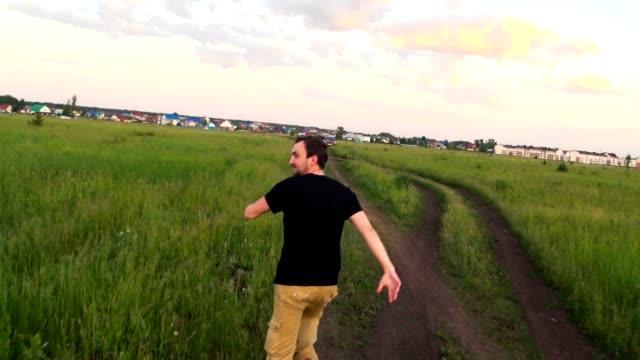 stockvideo's en b-roll-footage met doen schrikken mens die in real time van het achtervolgen van iemand door de grondweg loopt - er even tussenuit