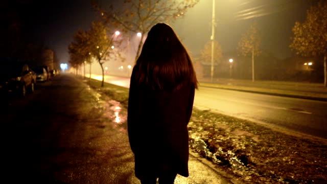 scared of night fog - podążać za czynność ruchowa filmów i materiałów b-roll