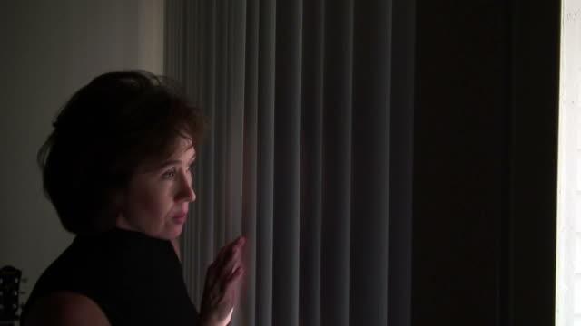 恐怖の女性 - こっそり点の映像素材/bロール