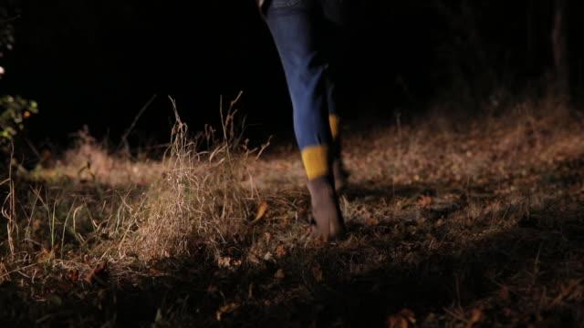 испуганная молодая женщина, бегущая в лесу - сбежавший из дома стоковые видео и кадры b-roll