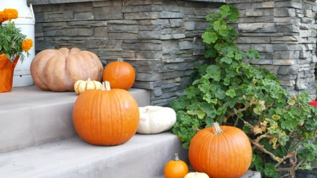 stockvideo's en b-roll-footage met enge festivaldecoratie van een huis, gelukkige vakantie van halloween. deuropening trap met jack-o-lantern pompoen. traditioneel feestdecor. amerikaanse cultuur. los angeles, californië, vs - decoraties