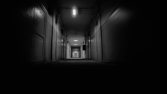 怖い病院や研究室の廊下ホラースリラーシーンpov - こっそり点の映像素材/bロール