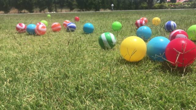 Esferas plásticas dispersadas na grama - vídeo