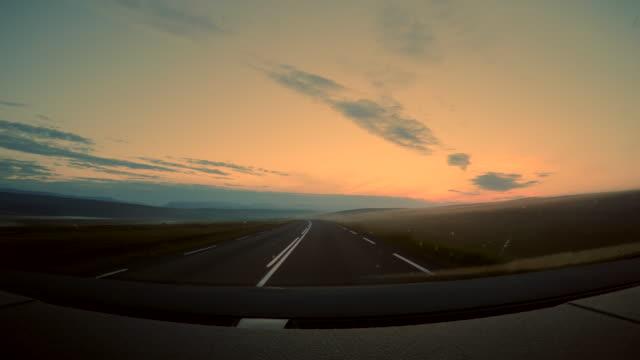 北アイスランドの朝に霧のマイヴァトン湖の近くの山々のシーンpov、アイスランドの道路上の車の眺め、車の窓からの眺め、休日のロードトリップの概念 - 造園点の映像素材/bロール