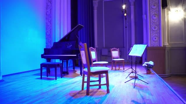 vídeos de stock, filmes e b-roll de cena antes de um concerto de música clássica - música acústica