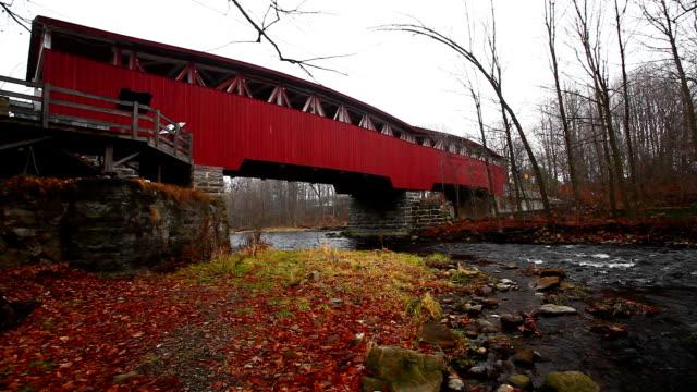 Scène van Powercourt Covered Bridge in Quebec, Canada video