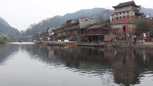 vídeos y material grabado en eventos de stock de escena del sur del río yangtsé la ciudad, con reflejo de agua - río yangtsé
