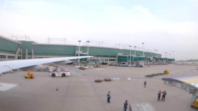 stockvideo's en b-roll-footage met scène van de weergave buiten vliegtuig venster, vliegtuig voorbereiden voor opstijgen vanaf de luchthaven - schiphol