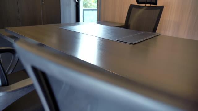 szene zeitlupe von leeren konferenzraum mit tisch und stühlen ceo, aus der nähe von ceo leere business moderne büros, nobody working in office - konferenztisch stock-videos und b-roll-filmmaterial