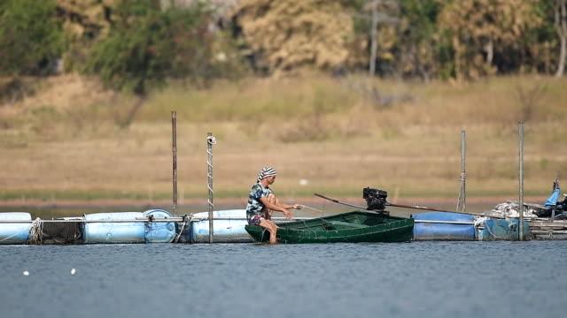 朝働く漁師の地元のライフスタイルのシーンスローモーション - 漁師 外人点の映像素材/bロール