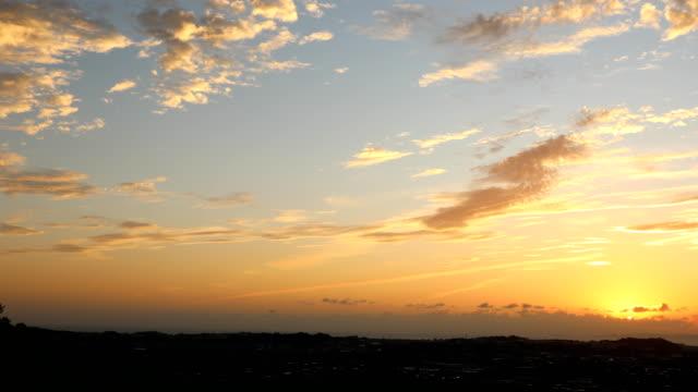 vídeos y material grabado en eventos de stock de paisaje de las colinas de okinawa slowing sunset - anochecer