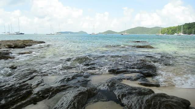 ao yon beach kıyı şeridi manzarası, dalgalar düşük açı görünümünde kayalar üzerinde yıkandı. - andaman denizi stok videoları ve detay görüntü çekimi