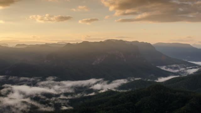 山的風景與日出時間推移和移動的薄霧, 自然素材背景, 多莉射擊左到右 - 州立公園 個影片檔及 b 捲影像