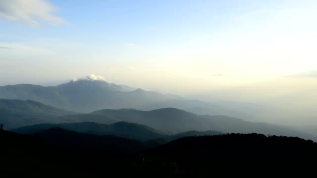 scenario di tramonto e nuvole sul monte doi inthanon al parco nazionale doi inthanon, in thailandia. - riserva naturale parco nazionale video stock e b–roll